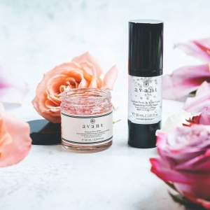 Looking for a product to make your skin glow?  OurDamascan Rose Petals Antioxidising & Retexturing Treatment Maskworks to buff away dead skin cells and impurities to reveal soft, fresh and youthful skin. Its light-reflective properties aim to help illuminate skin, softening flaws and boosting radiance✨