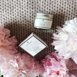"""""""With pregnancy and breastfeeding this zine definitely needs some special attention - so @avantskincare was my choice. I am using this cream for about a month and can say - skin looks so good and fresh! I also use the massage techniques to apply it so the effect must be the results of both things together. Can firmly recommend them!"""" - @howtobritain   📸- @howtobritain"""