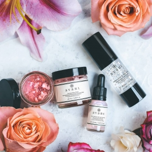 Have you ever used Peony in your skincare?  Rich in anti-inflammatory, antioxidant and skin-soothing properties, Peony aims to protect skin against free radicals, reduce pigmentation and enhance skin's natural glow✨ 